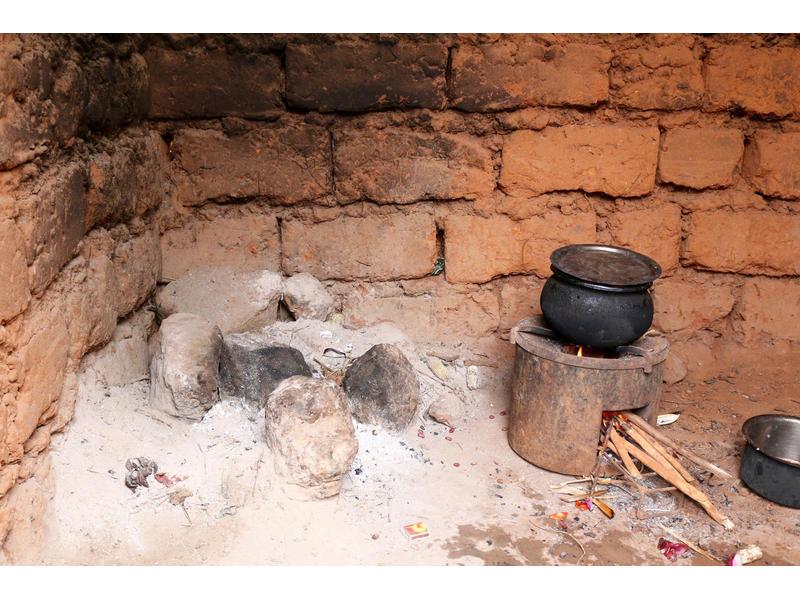 Holz einsparen und CO2-Emissionen reduzieren mit dem effizienten Kochherd (rechts) in Ruanda.